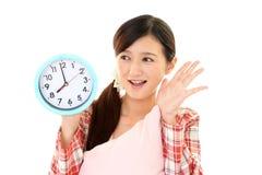 Donna con un orologio immagine stock libera da diritti