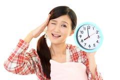 Donna con un orologio fotografie stock
