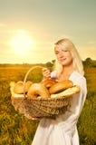 Donna con un pane cotto Immagini Stock Libere da Diritti