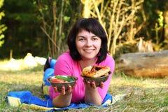 Donna con un pasto Fotografia Stock