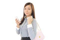 Donna con un phone  astuto Fotografie Stock Libere da Diritti