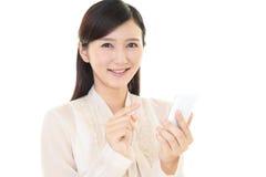 Donna con un phone  astuto Immagini Stock Libere da Diritti