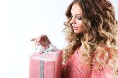 Donna con un presente Immagine Stock