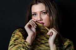 Donna con un pullover lungo della lana di usura dei capelli diritti Fotografia Stock Libera da Diritti