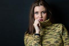 Donna con un pullover lungo della lana di usura dei capelli diritti Fotografie Stock
