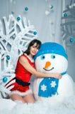 Donna con un pupazzo di neve Fotografie Stock