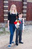 Donna con un ragazzo con un mazzo dei fiori Immagine Stock Libera da Diritti