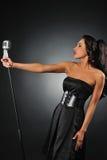 Donna con un retro microfono Fotografia Stock Libera da Diritti