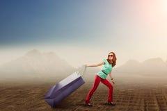 Donna con un sacchetto della spesa enorme Immagine Stock Libera da Diritti