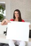 Donna con un segno in bianco Fotografia Stock Libera da Diritti