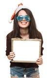 Donna con un segno in cappello di natale bianco Fotografia Stock Libera da Diritti
