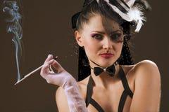 Donna con un supporto di sigaretta Fotografie Stock Libere da Diritti