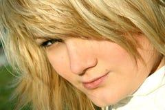 Donna con un taglio di capelli del leone Fotografia Stock