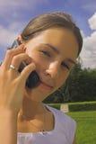 Donna con un telefono Fotografie Stock Libere da Diritti