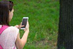 Donna con un telefono in sua mano immagine stock libera da diritti
