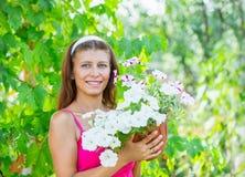 Donna con un vaso dei fiori Immagini Stock