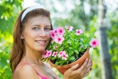 Donna con un vaso dei fiori Immagine Stock Libera da Diritti