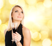 Donna con un vetro di vino Fotografia Stock Libera da Diritti