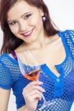 Donna con un vetro di vino rosato Fotografia Stock