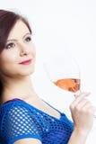 Donna con un vetro di vino rosato Immagini Stock Libere da Diritti