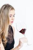 Donna con un vetro di vino rosso Immagine Stock Libera da Diritti