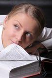 Donna con un vocabolario aperto Immagini Stock Libere da Diritti