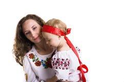 Donna con una bambina nei vestiti nazionali ucraini Fotografia Stock