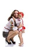 Donna con una bambina nei vestiti nazionali ucraini Immagine Stock