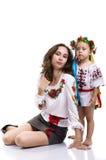 Donna con una bambina nei vestiti nazionali ucraini Fotografie Stock Libere da Diritti