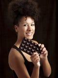 Donna con una barra di cioccolato fotografia stock libera da diritti