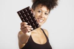 Donna con una barra di cioccolato fotografia stock