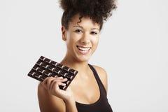 Donna con una barra di cioccolato fotografie stock