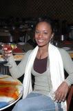 Donna con una bevanda immagine stock