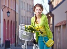 Donna con una bicicletta sulle vie di vecchia Parigi fotografia stock