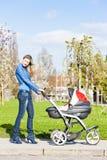 Donna con una carrozzina Fotografia Stock Libera da Diritti