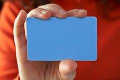 Donna con una carta di credito immagine stock