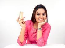 donna con una carta di credito fotografia stock libera da diritti