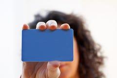 Donna con una carta di credito sulla sua mano Immagini Stock
