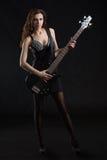 Donna con una chitarra sulla fase Fotografia Stock
