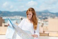 Donna con una mappa di itinerario Fotografia Stock