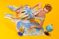 Donna con una mappa ed i globi di mondo Fotografie Stock