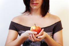 Donna con una mela immagine stock libera da diritti