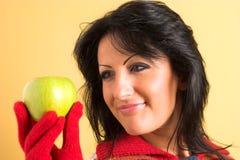 Donna con una mela verde Fotografia Stock