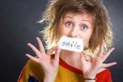 Donna con una nota di SORRISO Fotografia Stock Libera da Diritti