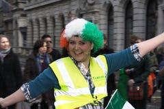Donna con una parrucca il giorno della st patrick Fotografia Stock Libera da Diritti