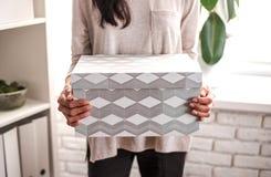 Donna con una scatola di cartone a disposizione fotografia stock libera da diritti