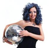 Donna con una sfera della discoteca immagini stock libere da diritti