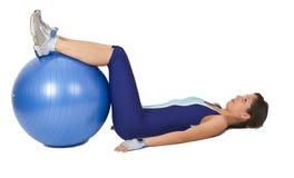 Donna con una sfera di ginnastica Fotografie Stock Libere da Diritti