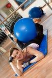 Donna con una sfera di Pilates Fotografie Stock Libere da Diritti