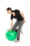 Donna con una sfera di Pilates Fotografie Stock